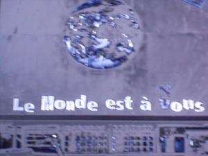"""un cartellone pubblicitario su cui è scritto """"Il mondo è nostro"""" è una frase corretta da Said, uno dei protagonisti del film, e testimonia il suo urlo interno e disperato, il suo desiderio di riappropriarsi degli spazi, della vita, del rispetto reciproco, della tolleranza e della convivenza, del presente e del futuro."""